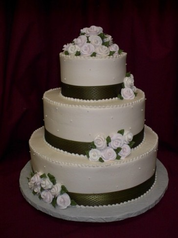 5 Traditional Wedding Cake With Green Ribbon