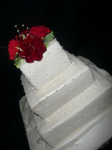 Red Roses and Pearl Cake Share This wonderful cakes was for a simple but